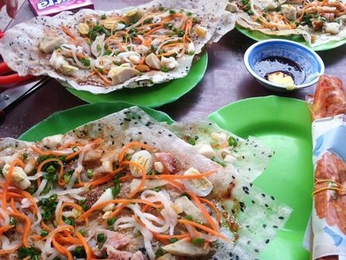 Bánh căn, bánh tráng mắm ruốc hay gỏi ốc giác là những món ăn vặt được cả người địa phương và du khách ưa thích ở Phan Thiết.